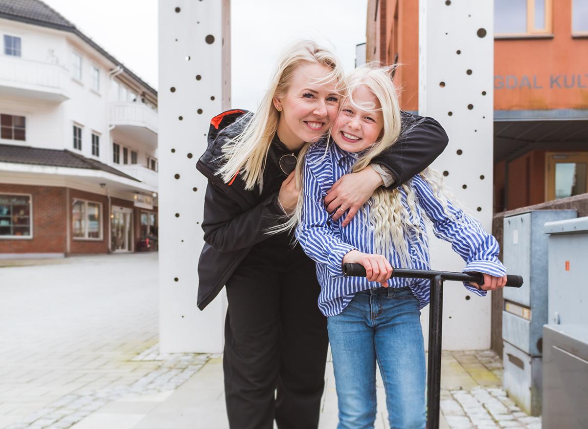 Silje Lande og Sarah Linnea Lande smiler