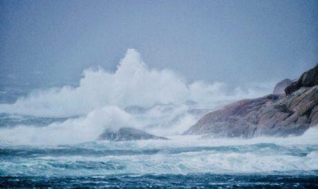 Bølger knuser mot berg
