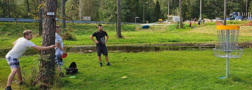 Tre menn spiller frisbee