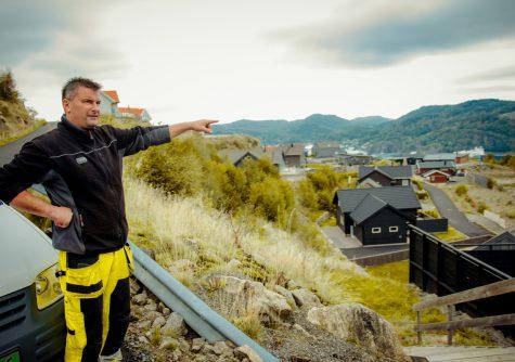 Arnt Skeimo rekker ut en hånd mot hyttefeltet